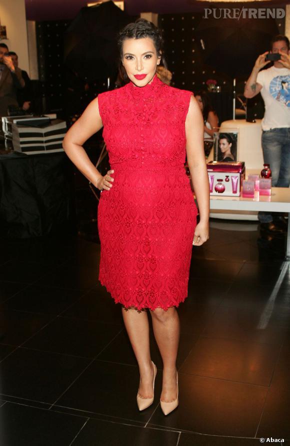 Stars enceintes :      Le top de Kim Kardashian  : version rouge et glamour, c'est beaucoup mieux.