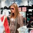 Stars enceintes :     Le flop d'Alessandra Ambrosio  : la starlette frôle la vulgarité avec son gilet prêt à craquer.