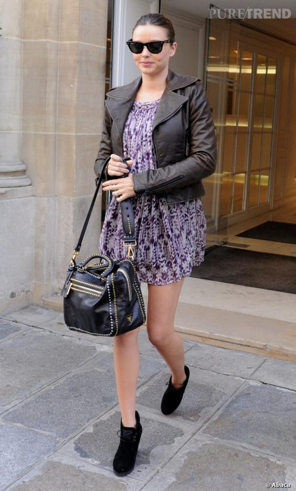 Stars enceintes :     Le top de Miranda Kerr  : petite robe sexy et blazer en cuir, on remarque à peine son ventre rond.
