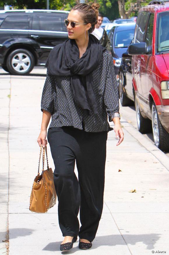 Stars enceintes :     Le flop de Jessica Alba  : un look un peu large, un peu lourd.