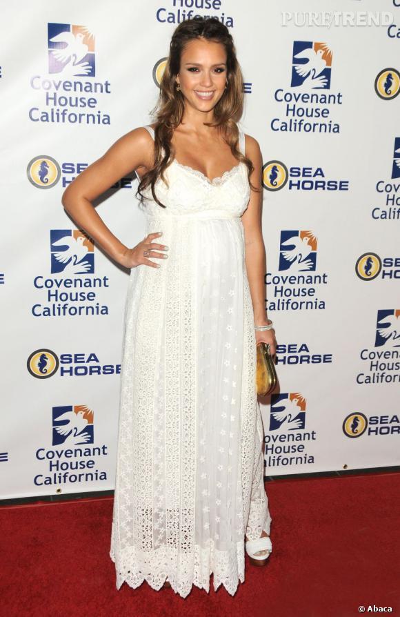 Stars enceintes :     Le top de Jessica Alba  : dans sa robe en dentelle blanche, elle est renversante.