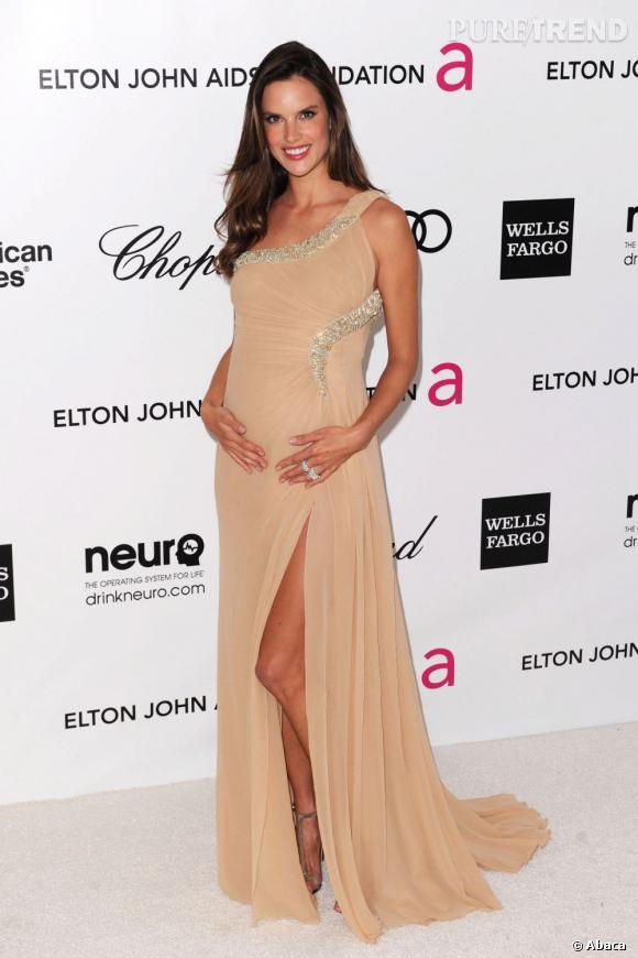Stars enceintes :     Le top d'Alessandra Ambrosio :  plus sensuelle, la belle est étincellante.