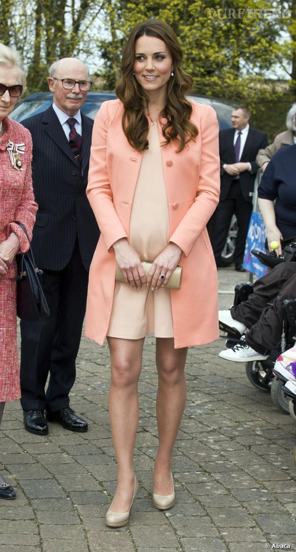 Stars enceintes :     Le top de Kate Middleton  : craquant ensemble pastel avec son manteau Tara Jarmon, on veut le même look.