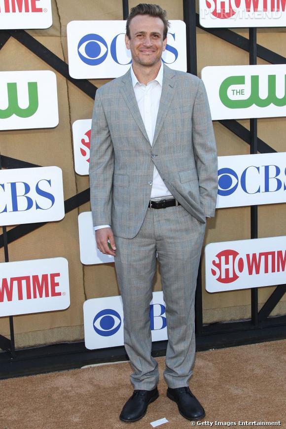 """Jason Segel à la soirée de l'été CW, CBS et Showtime en compagnie des acteurs de """"How I Met Your Mother""""."""