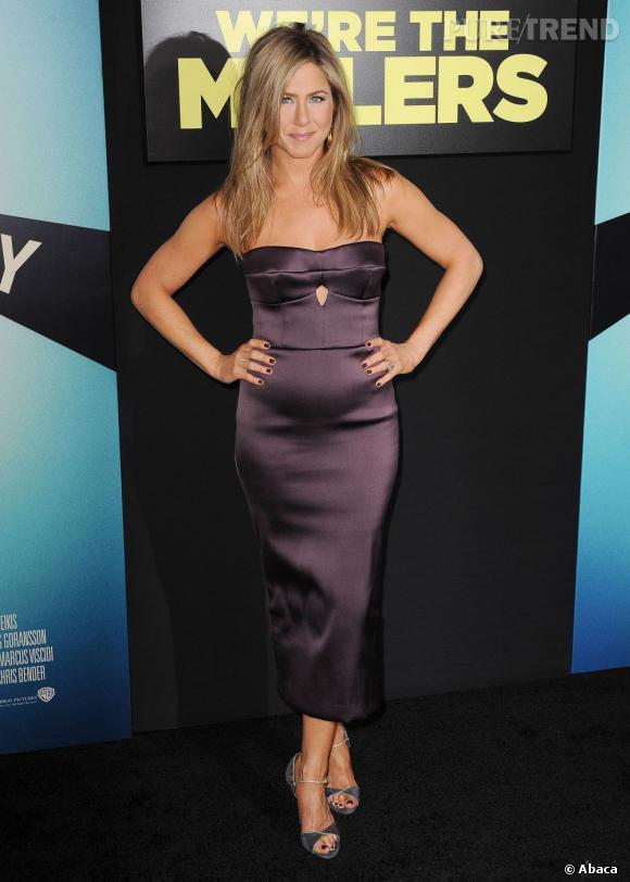 """Jennifer Aniston enceinte ? Son ventre sème le doute à la première du film """"Les Miller, une famille en herbe""""."""