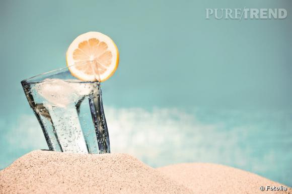 Le citron dilué dans un bol d'eau bien fraîche constitue un super remède maison contre les coups de soleil.