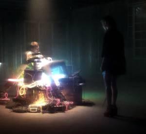 Le prince des temps modernes, Elijah Wood, sur son trône qui se trouve être un amoncellement de consoles vidéo
