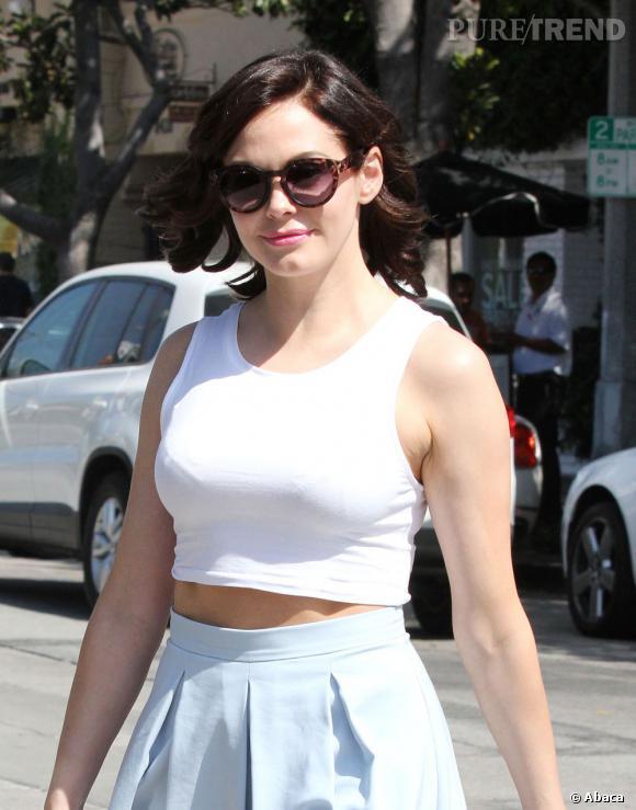 Rose McGowan a tout bon avec son cropped top et sa jupe transparente.