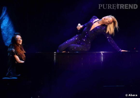 Beyoncé ultra-sensuelle en combinaison moulante bleue.