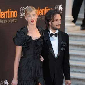 Petite robe noire élégante pour Eva Riccobono lors de la Mostra en 2008.