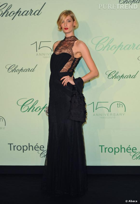 Avec sa crinière platine, Eva Riccobono porte particulièrement bien le noir lors de la soirée des Trophées Chopard à Cannes en 2013.