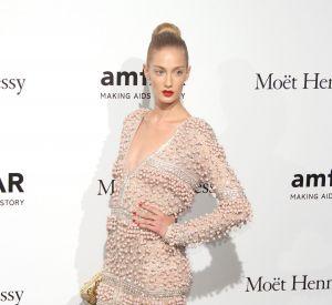 Amatrice de robes longues, Eva Riccobono peut aussi dévoiler ses gambettes pour séduire.