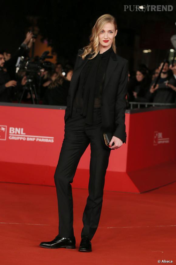 Modeuse, Eva Riccobono sait aussi comment parter le style masculin-féminin.