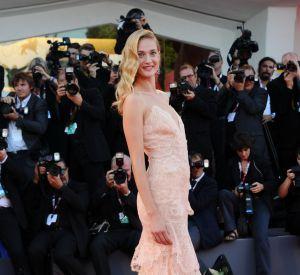 Eva Riccobono fait tourner les têtes lors de la cérémonie d'ouverture en robe Armani Privé.
