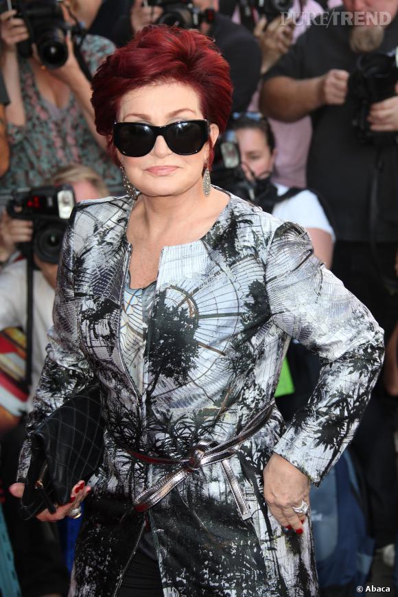"""Sharon Osbourne affiche l'imprimé """"verrière"""" mais fait tapisserie."""