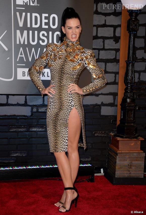 Pour son retour dans les bacs, Katy Perry prend un peu trop au sérieux le côté lionne sauvage et fait des ravages sur le tapis rouge des MTV VMAs 2013.