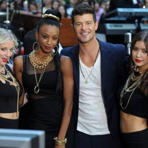 Robin Thicke ne se prive pas question jolies filles.