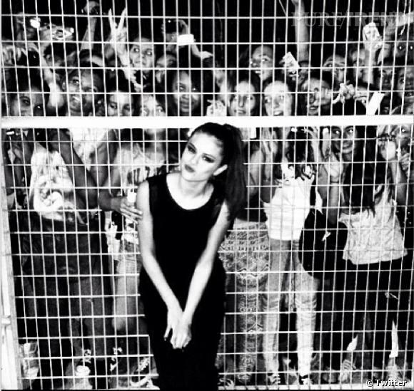 Selena Gomez pendant sa tournée européenne pose avec ses fans !