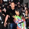 Quand Rihanna s'en prend à son garde du corps, c'est avec un accessoire des plus étranges !