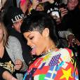 Rihanna a sorti le grand jeu pour se faire remarquer. On ne sait pas si c'est la combinaison ou sa pochette qui choque le plus.