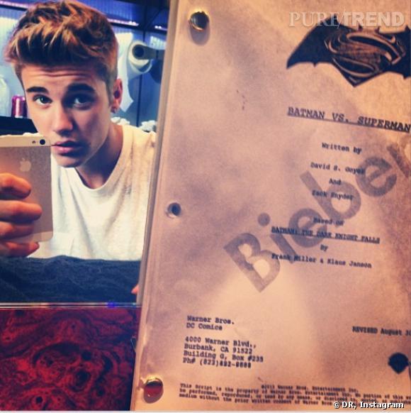 """Justin Bieber poste une photo de lui avec le script de """"Man of Steel 2""""."""