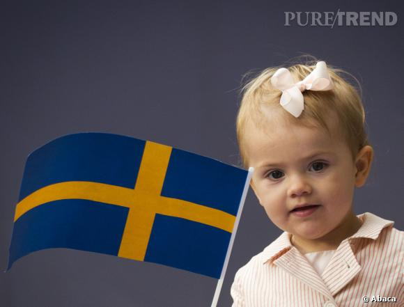 Tenue girly et noeud dans les cheveux, Estelle de Suède est à croquer.