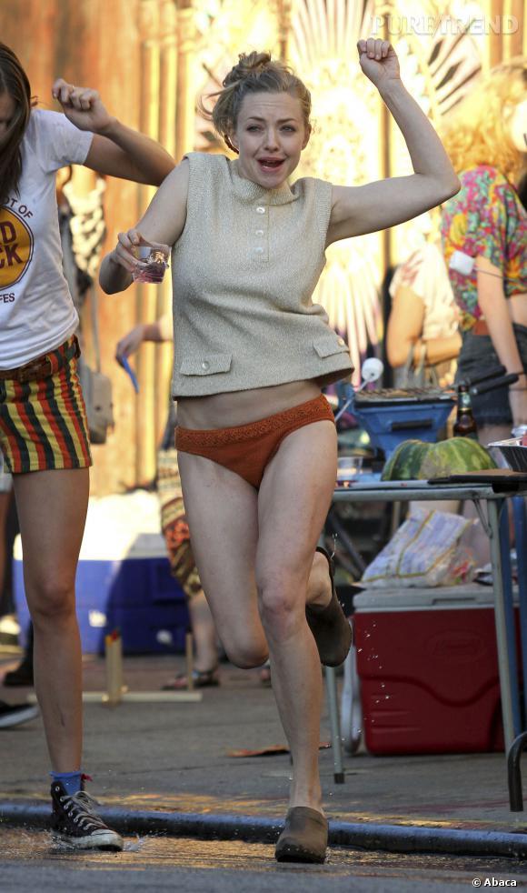 """Amanda Seyfried a été aperçue sur le tournage de son film """"While We're Young"""" à Brooklyn, ne portant qu'un top beige et... une petite culotte orange !"""