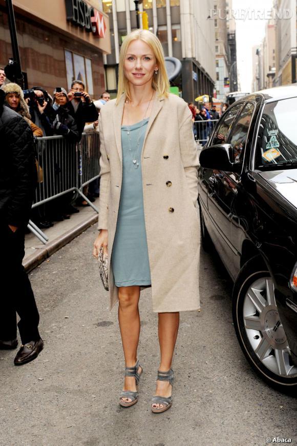 Le top look de rue :  working girl en robe bleu ciel, Naomi Watts fait mouche juchée sur des sandales grises avec un trench beige.