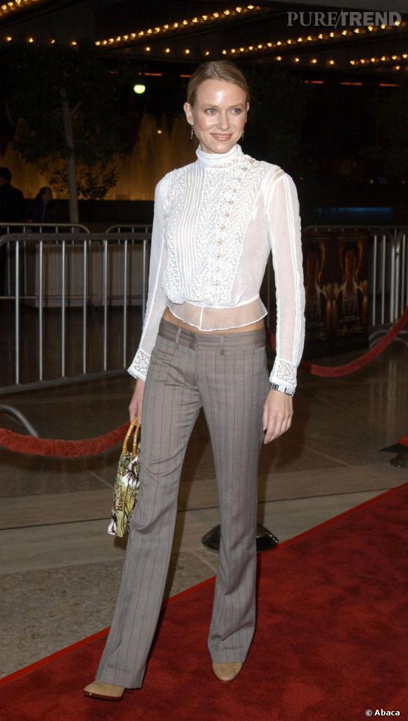Le flop première apparition :  coincée entre un top trop petit col roulé et un pantalon à pince, Naomi Watts semble s'être enfuie d'un couvent.
