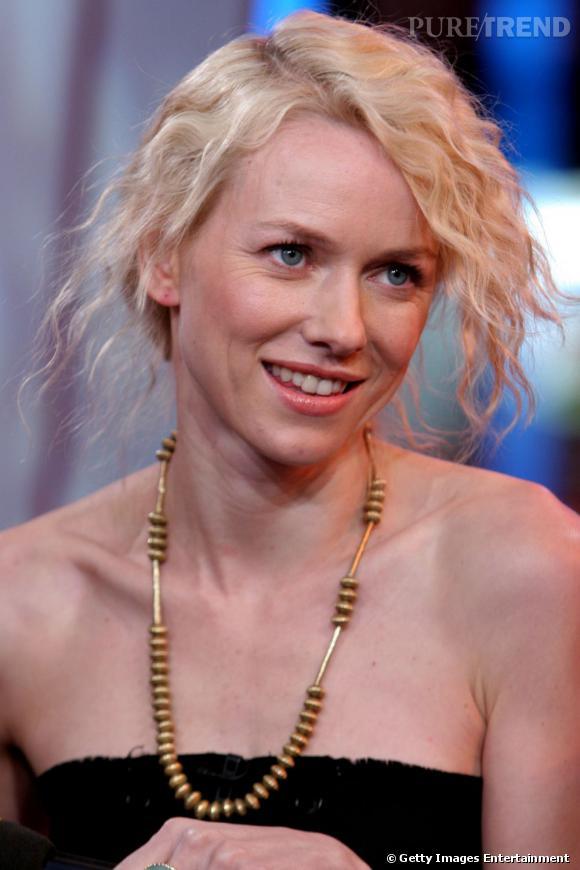 Le flop coiffure : crêpés et attachés, les cheveux de Naomi Watts se retrouvent sans forme. Ou avec trop de forme, justement.