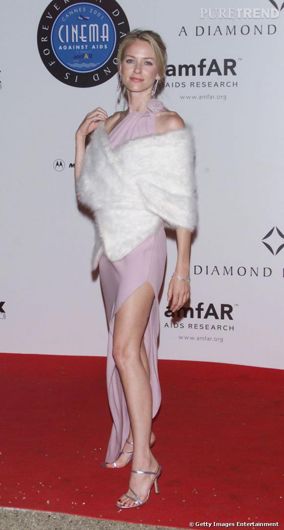 Le flop robe rose :  too much et associée à une étole angora, la robe fendue de Naomi Watts ne la flatte pas vraiment.