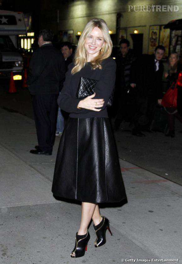 Le top jupe :  Naomi Watts fait preuve d'audace avec cette pièce en cuir.