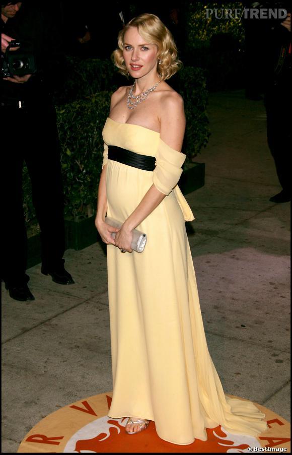 Le top look enceinte  : Naomi Watts est délicate dans cette jolie robe empirique qui tombe de ses épaules.