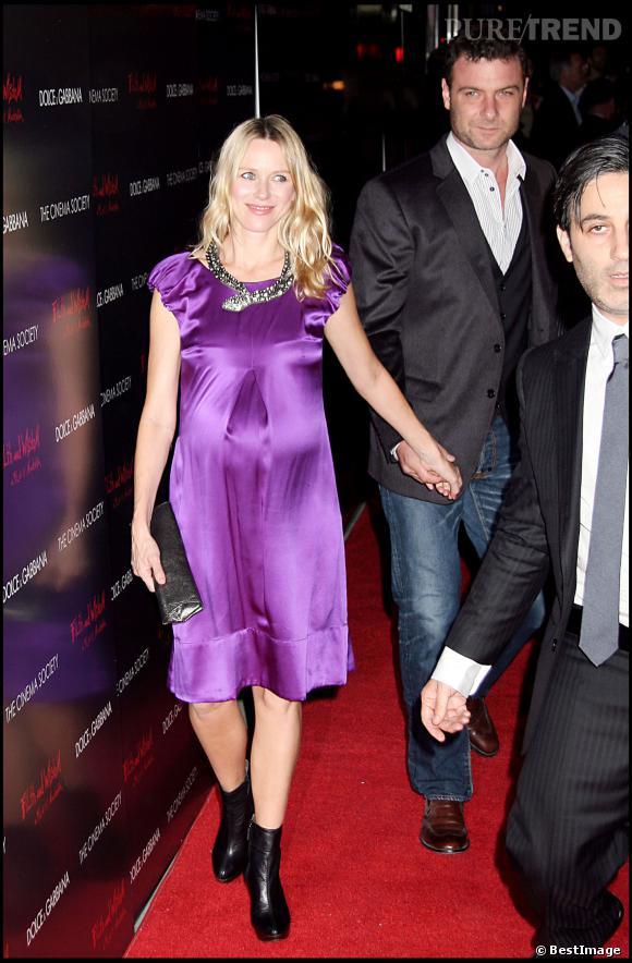 Le flop look enceinte :  Naomi Watts, too much avec cette robe satinée violette, son collier oversize et ses bottines en cuir.
