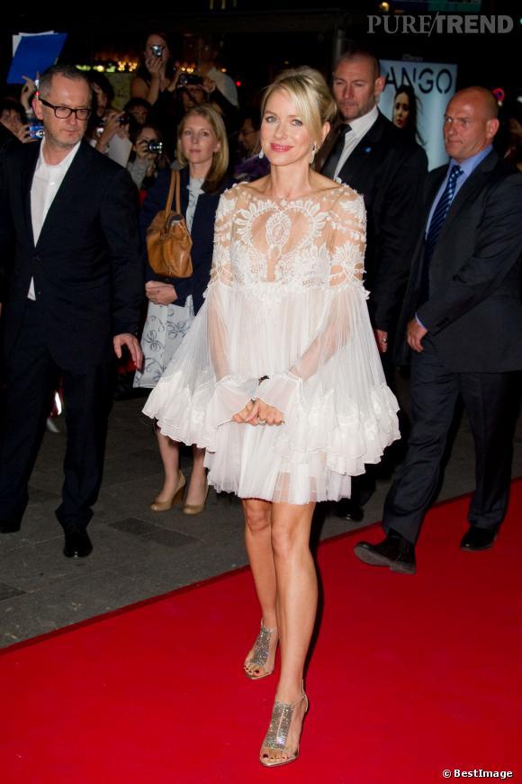 Le top dentelles sur le buste :  dans sa robe en dentelles Marchesa, Naomi Watts est divine.