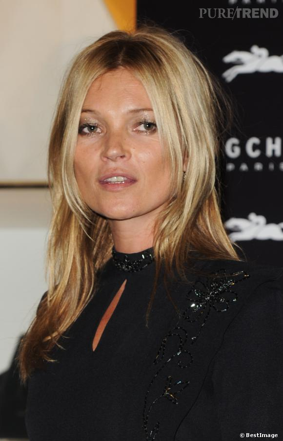 les cheveux blonds de kate moss sont un mod le pour bien des femmes son c t patin au soleil. Black Bedroom Furniture Sets. Home Design Ideas