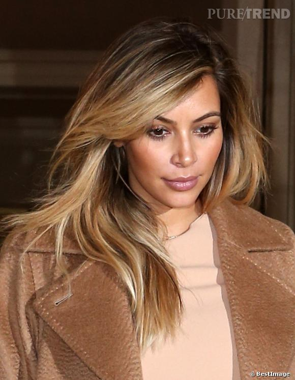 Kim Kardashian se remet de sa grossesse en passant au blond. Elle choisit  un effet entre le tie \u0026 dye et le balayage.