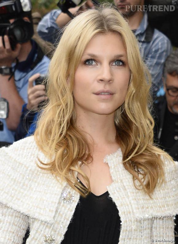 La jolie française Clémence Poesy a jeté son dévolu sur un blond assez chaud qui illumine son teint.