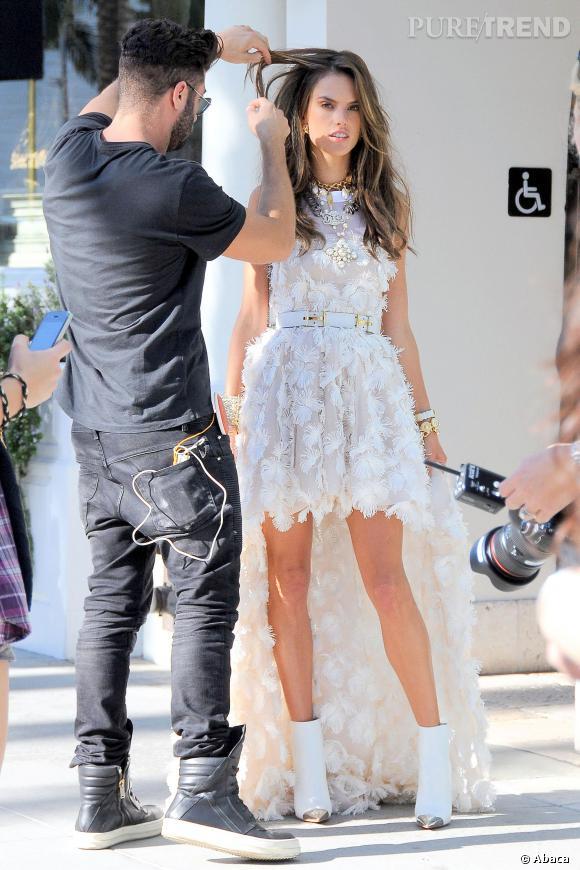 Alessandra Ambrosio, magnifique dans une robe blanche Chanel couverte de plumes et ceinturée à la taille.