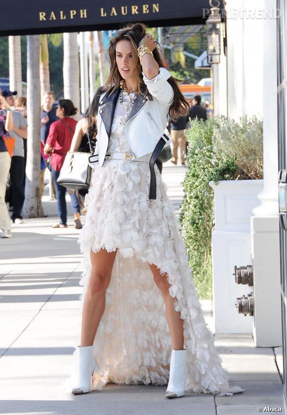 Un perfecto bicolore, et voilà que la robe asymétrique d'Alessandra Ambrosio prend un côté rock.