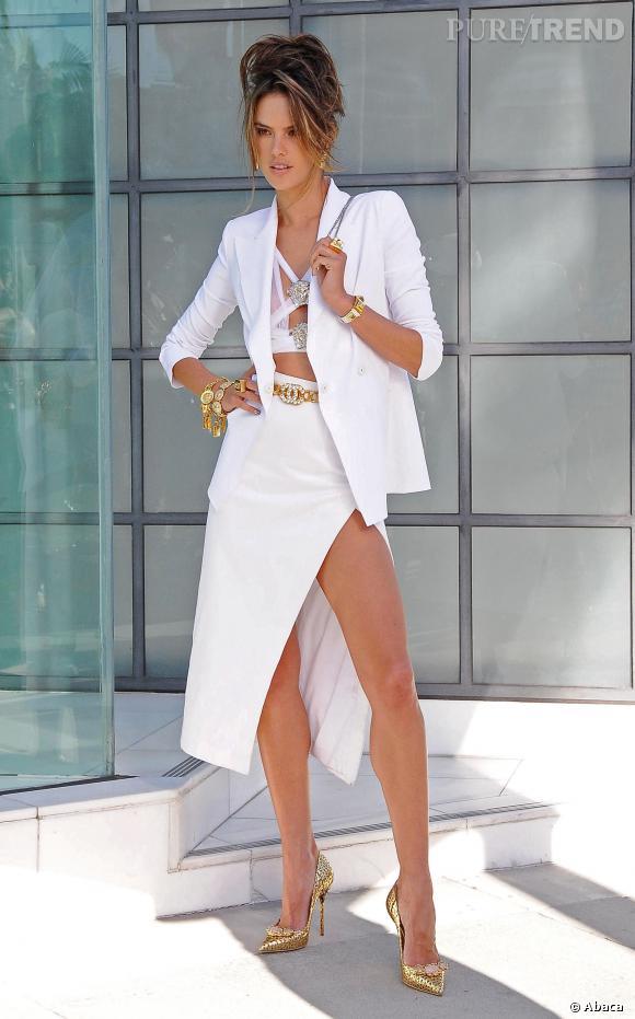 Alessandra Ambrosio, sexy dans un crop top découpé et une jupe fendue.