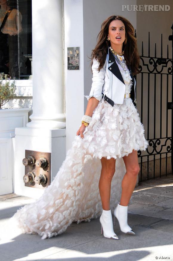 Alessandra Ambrosio, au top dans une robe Chanel à traîne et un perfecto très rock.