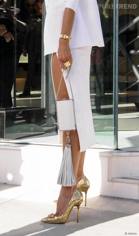 Alessandra Ambrosio, ses escarpins vieux or et une pochette décorée d'un long pompon.