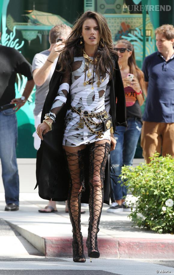 Alessandra Ambrosio dévoile ses longues jambes dans des cuissardes lacées.