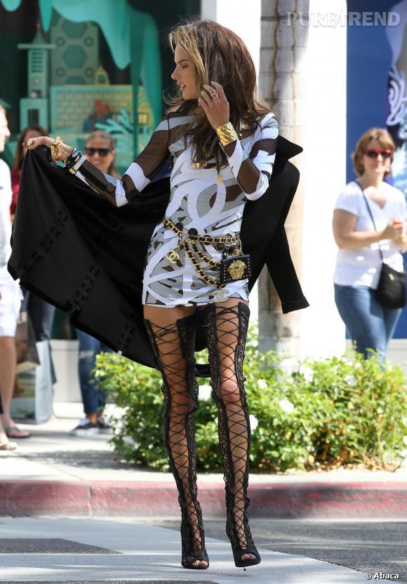 Alessandra Ambrosio, véritable top model professionnelle lors du shooting photo Chanel à Los Angeles.