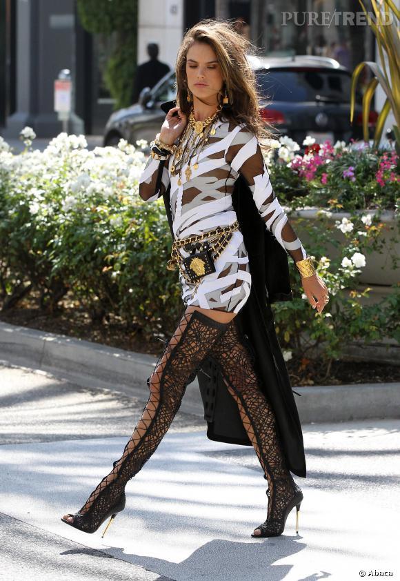 Alessandra Ambrosio enfile également de hautes cuissardes lacées pour accompagner une robe graphique noire et blanche.