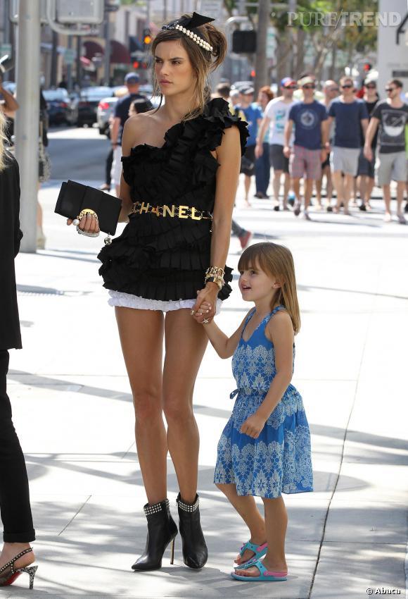 Malgré son shooting photo, Alessandra Ambrosio a pris le temps de s'occuper de sa fille Anja.