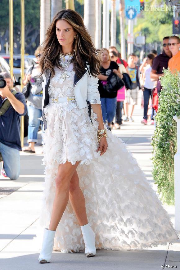 Alessandra Ambrosio, très élégante pour son shooting photo Chanel, ici dans une robe à traîne en plumes.