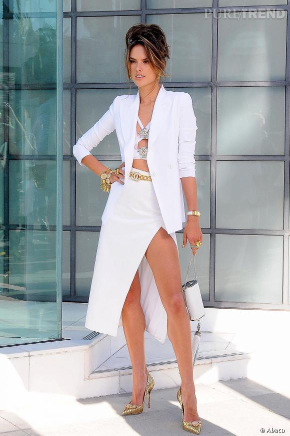 Alessandra Ambrosio complète sa tenue immaculée par quelques bijoux ainsi que des escarpins couleur or.