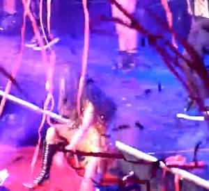 Selena Gomez tombe de scène en vidéo.